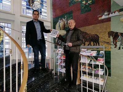 Buchübergabe Torben Blome und Dieter Stumpe
